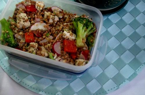 przepis na sałatkę, lunchbox z kaszy gryczanej