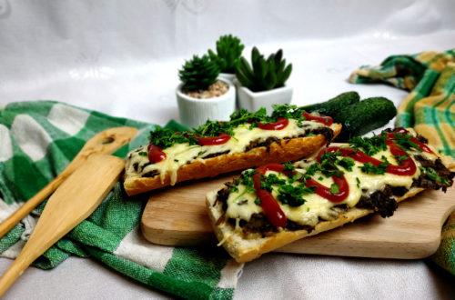 tradycyjne zapiekanki z pieczarkami i serem żółtym